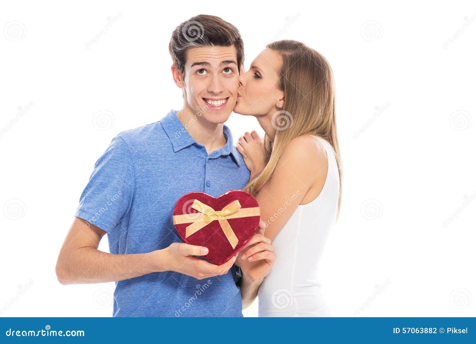 Paar met hart-vormige doos