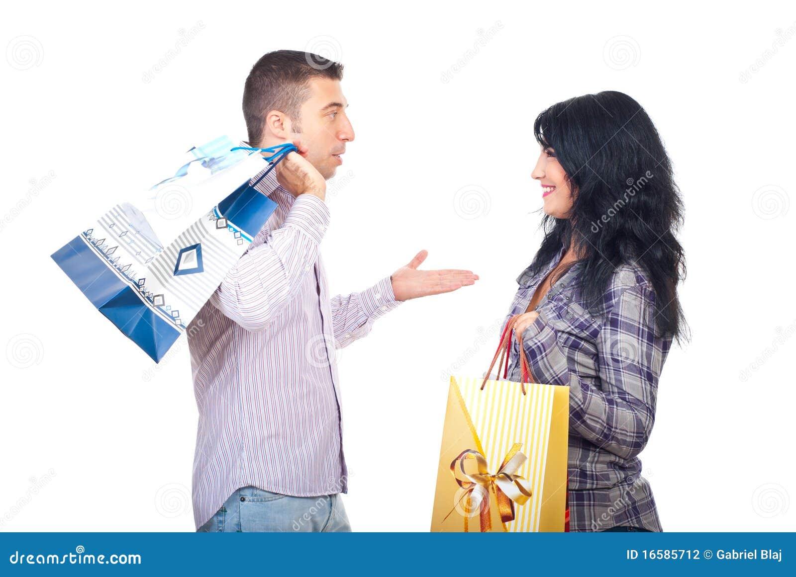 Paar met het winkelen zakken die gesprek hebben