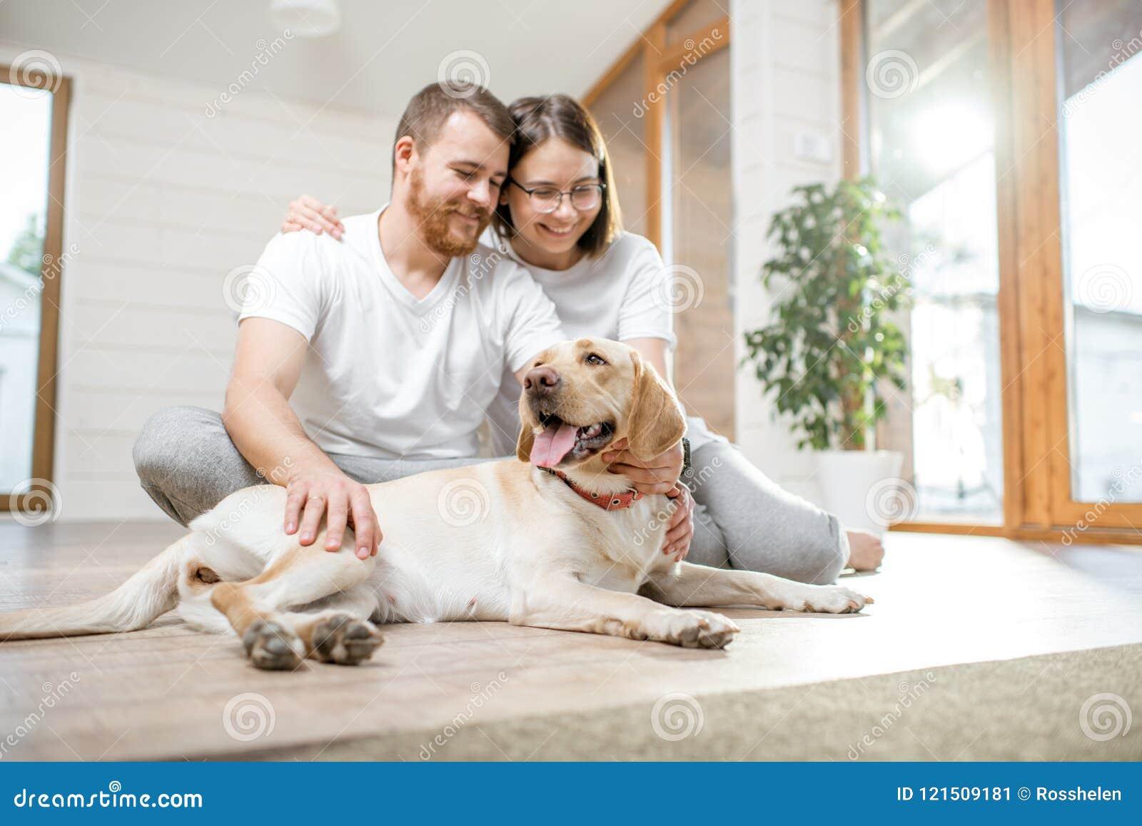 Paar met hond in het huis