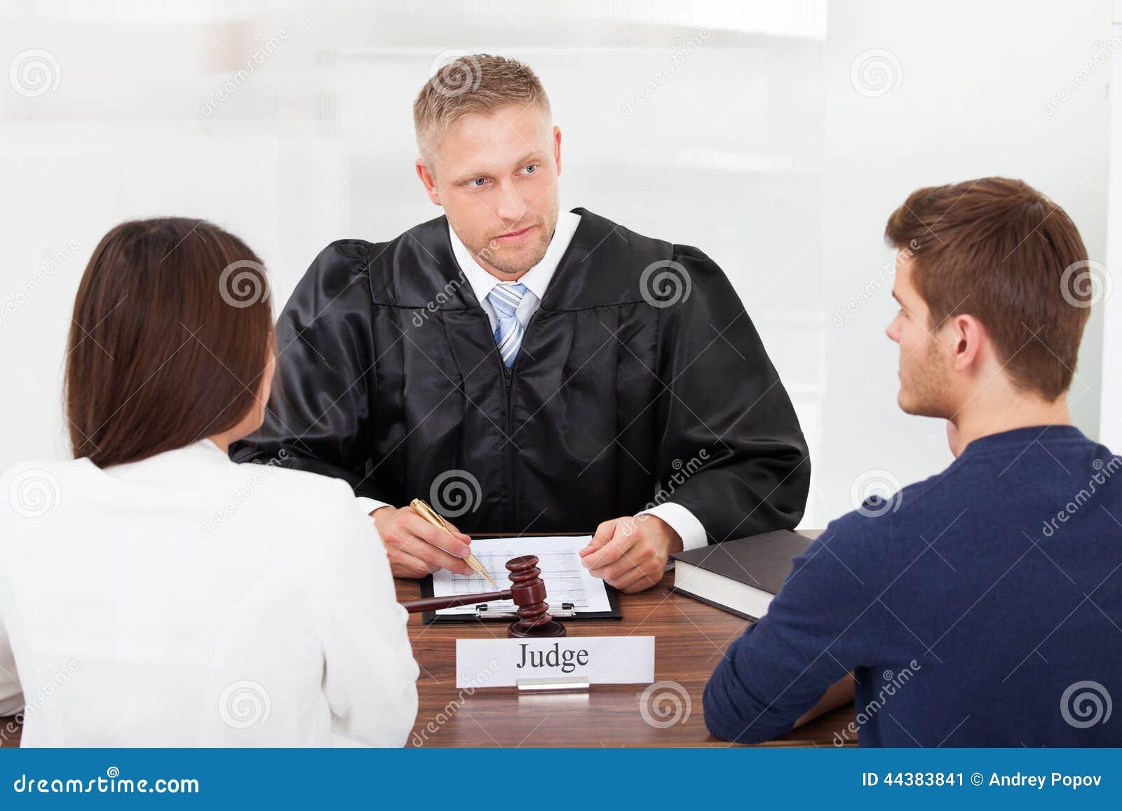 Paar met rechter voor het gerecht