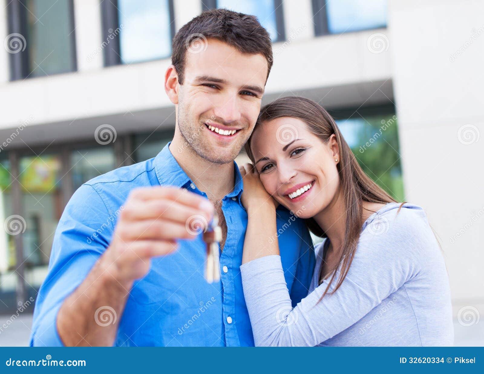 Paar met sleutels tot nieuw huis