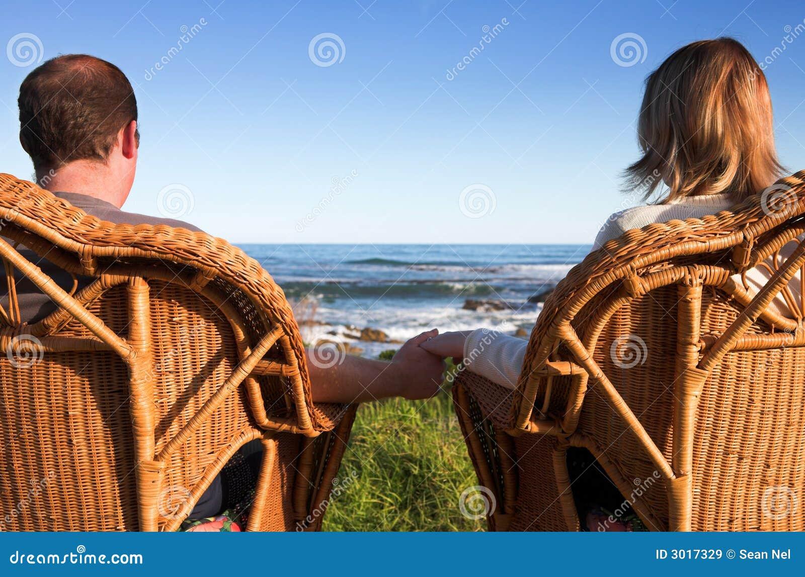 Paar naast het overzees