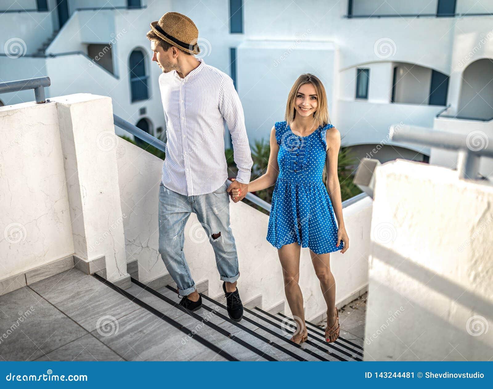 Paar oder Paar in einem schönen Standort auf romantischem Datum in der Sommeraußenseite, hält Hand des Lächelns im Freien