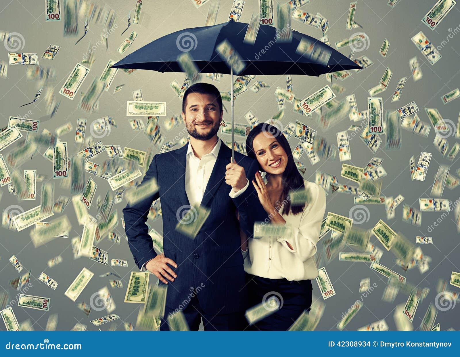 Paar onder geldregen