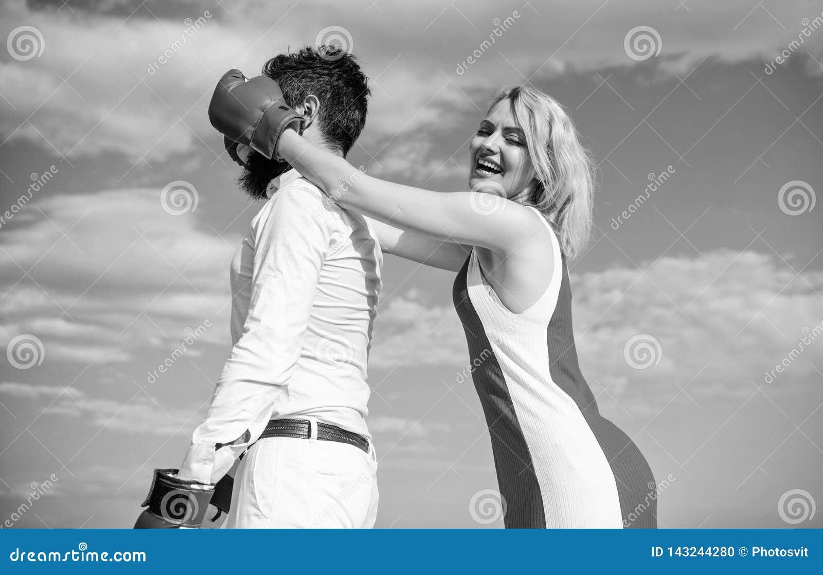 Paar op blauwe de hemelachtergrond van liefde bokshandschoenen Het meisje sluit zijn ogen bokshandschoenen Sluwe strategiewinst S