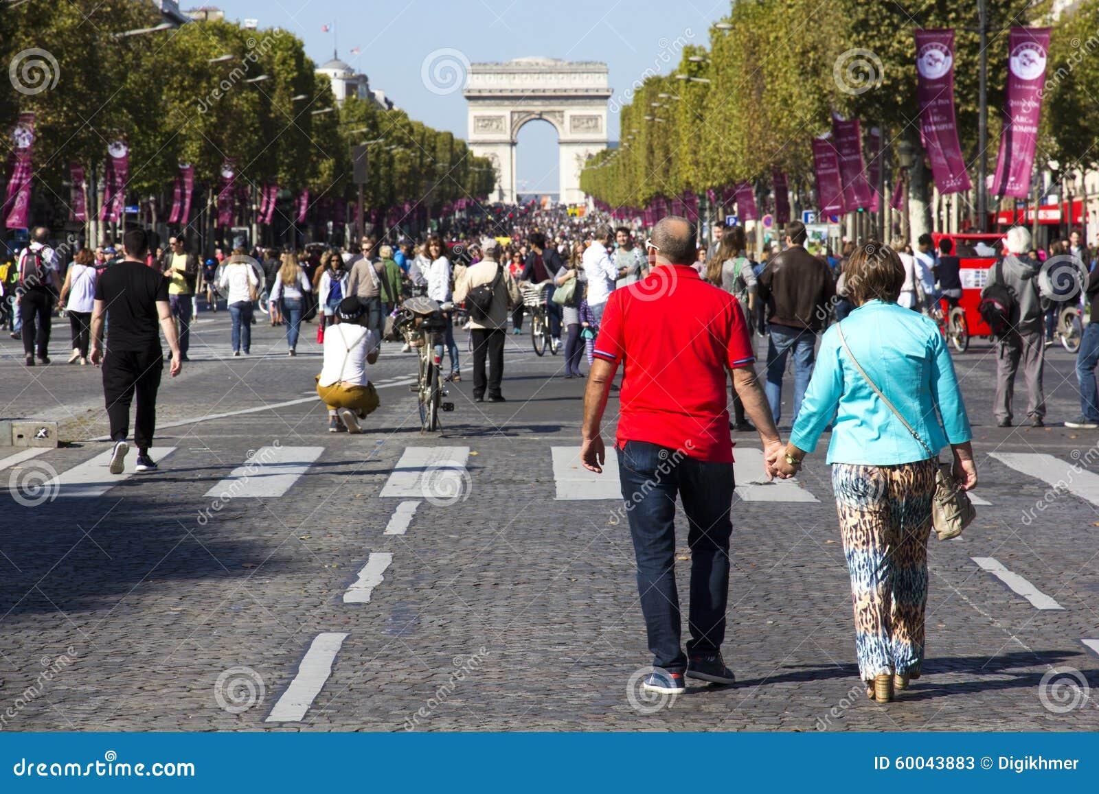 Paar op Champs Elysees bij de auto vrije dag van Parijs