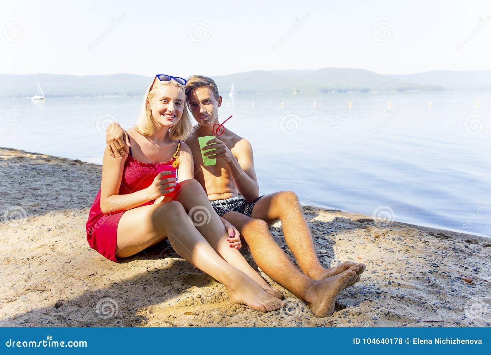 Download Paar op een strand stock foto. Afbeelding bestaande uit handen - 104640178