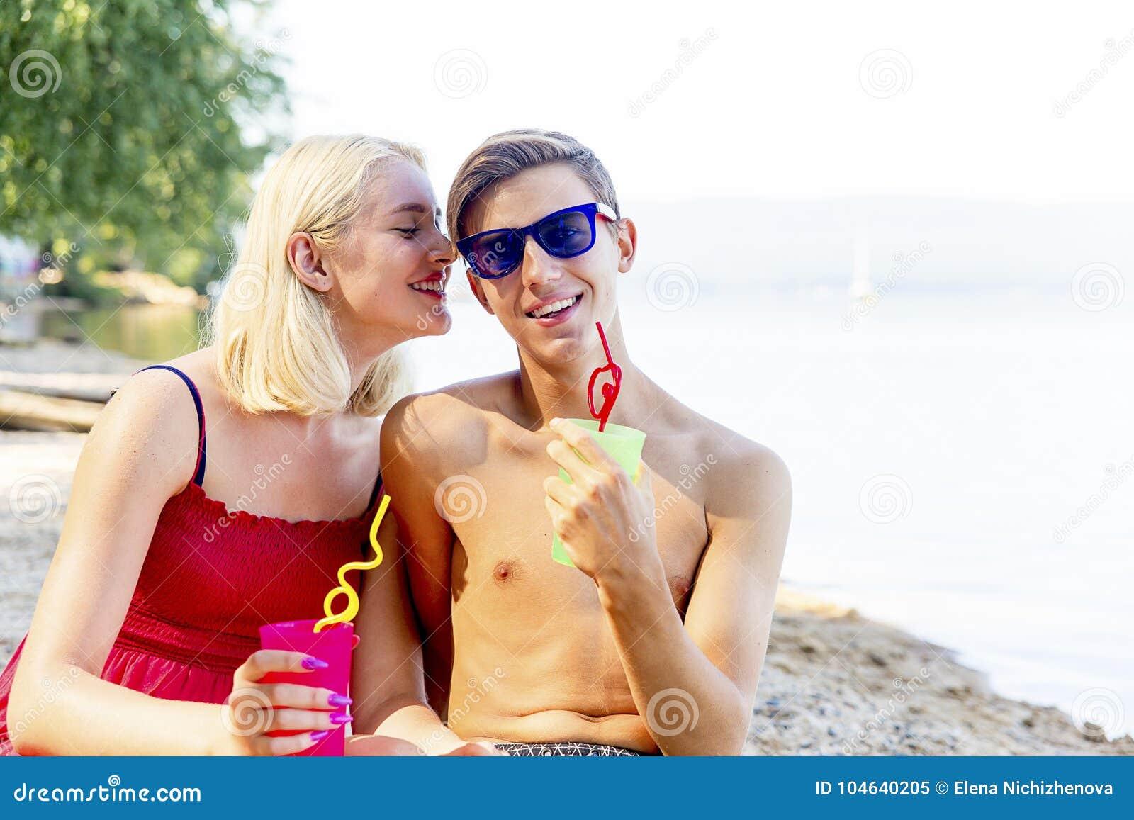 Download Paar op een strand stock afbeelding. Afbeelding bestaande uit strand - 104640205