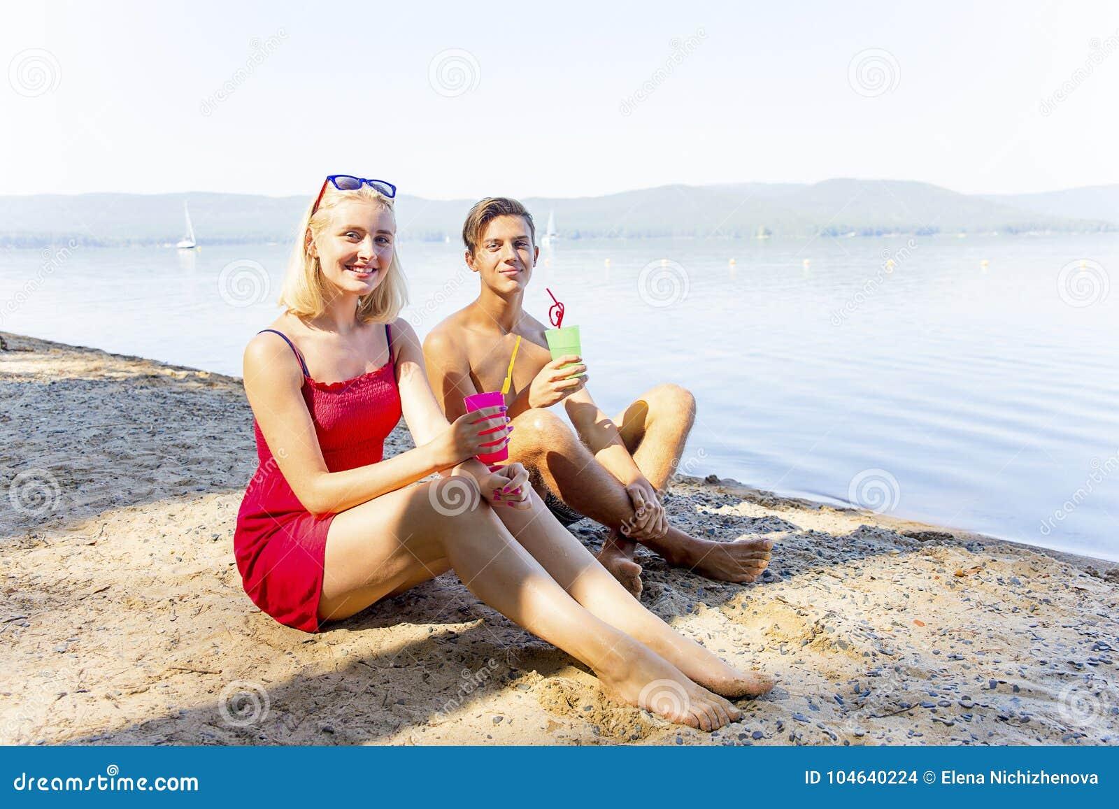 Download Paar op een strand stock foto. Afbeelding bestaande uit mannetje - 104640224