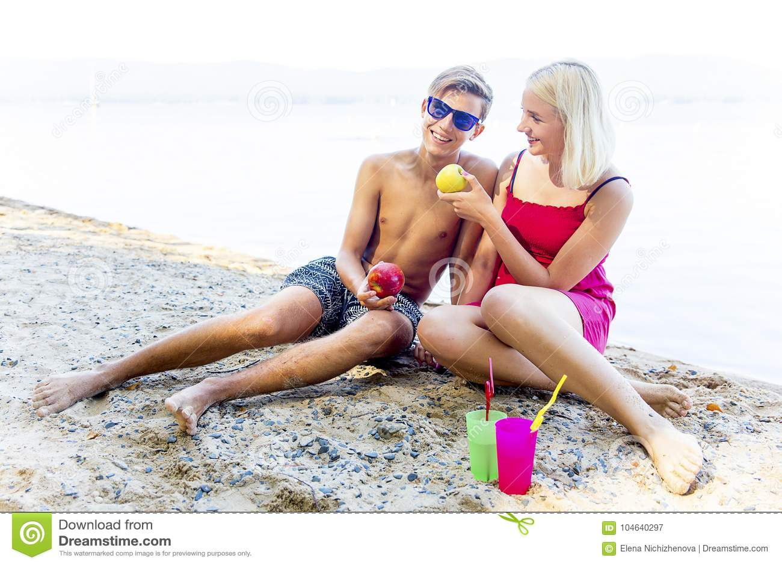 Download Paar op een strand stock afbeelding. Afbeelding bestaande uit liefde - 104640297