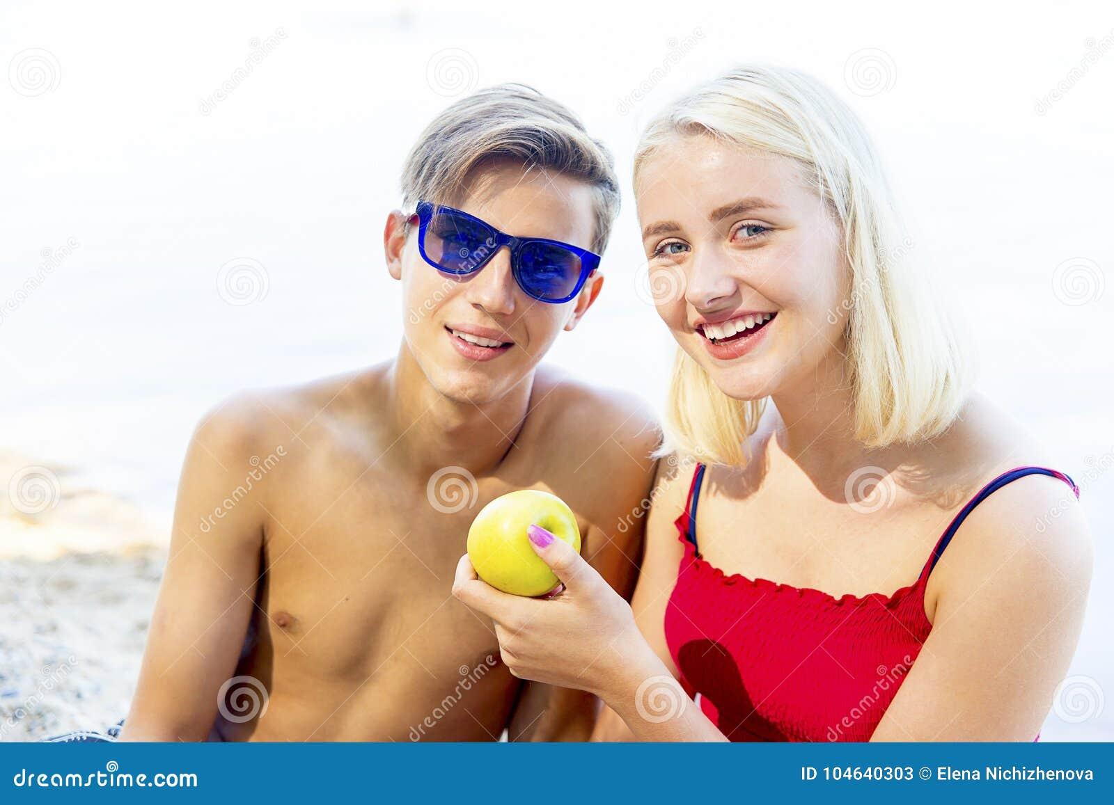 Download Paar op een strand stock afbeelding. Afbeelding bestaande uit mannetje - 104640303