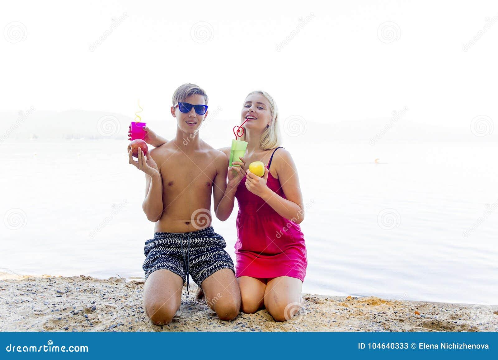 Download Paar op een strand stock afbeelding. Afbeelding bestaande uit romaans - 104640333