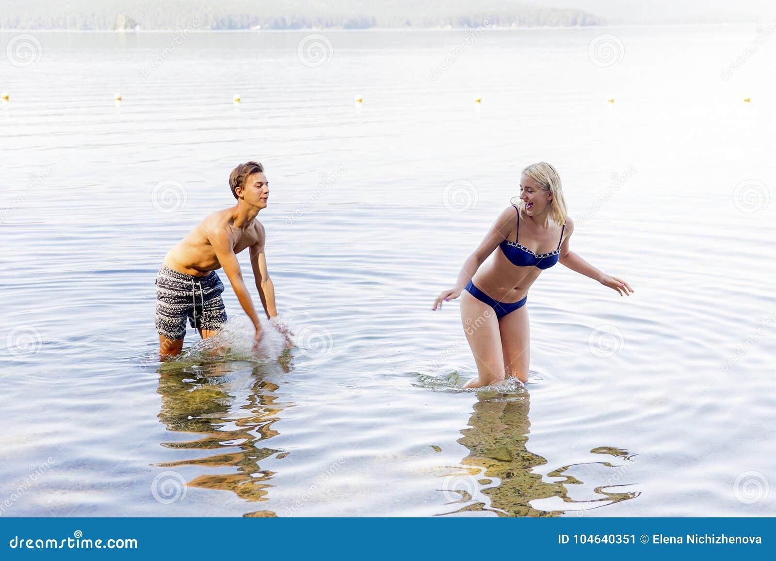 Download Paar op een strand stock afbeelding. Afbeelding bestaande uit boyfriend - 104640351