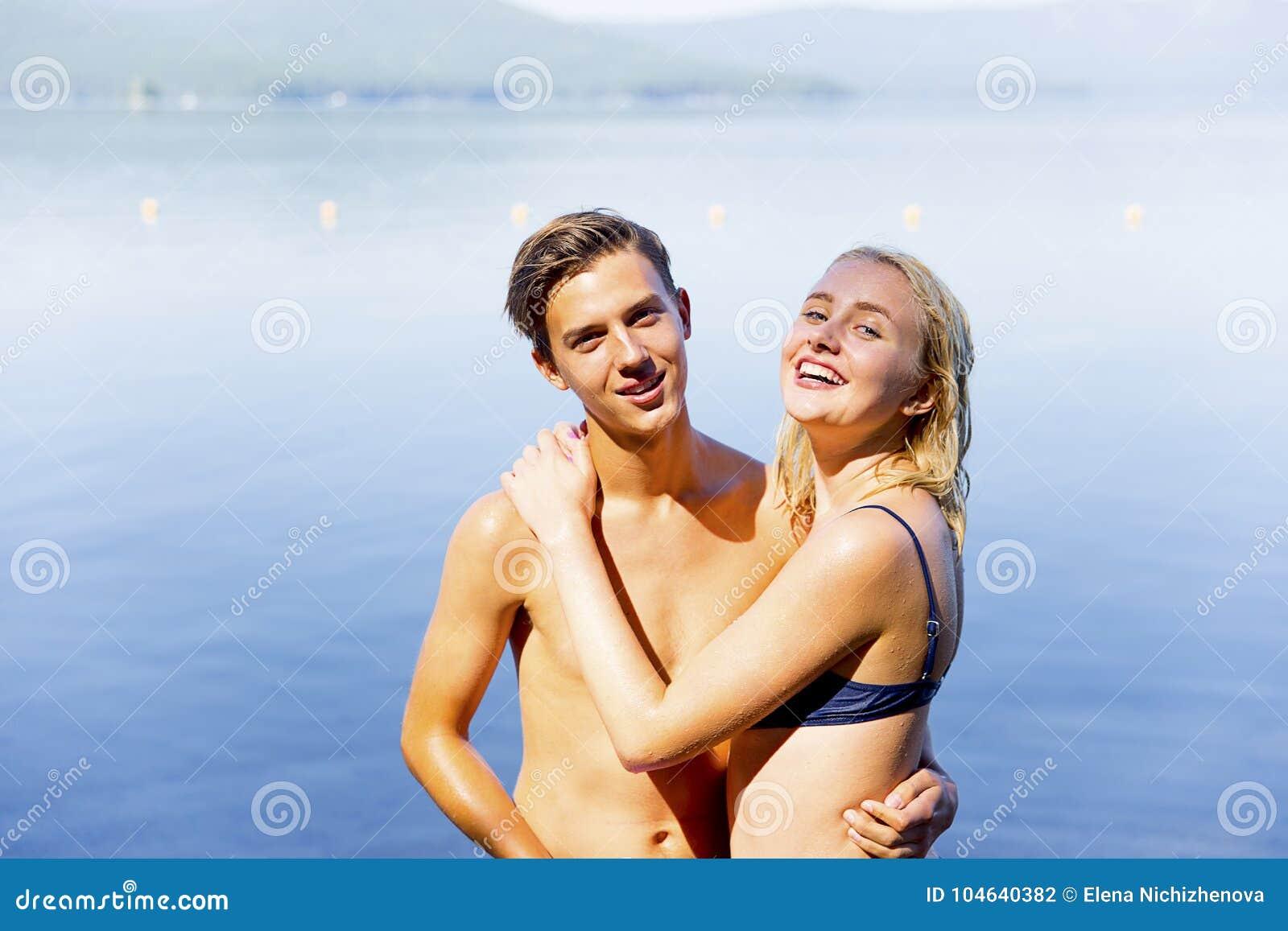 Download Paar op een strand stock foto. Afbeelding bestaande uit gelukkig - 104640382