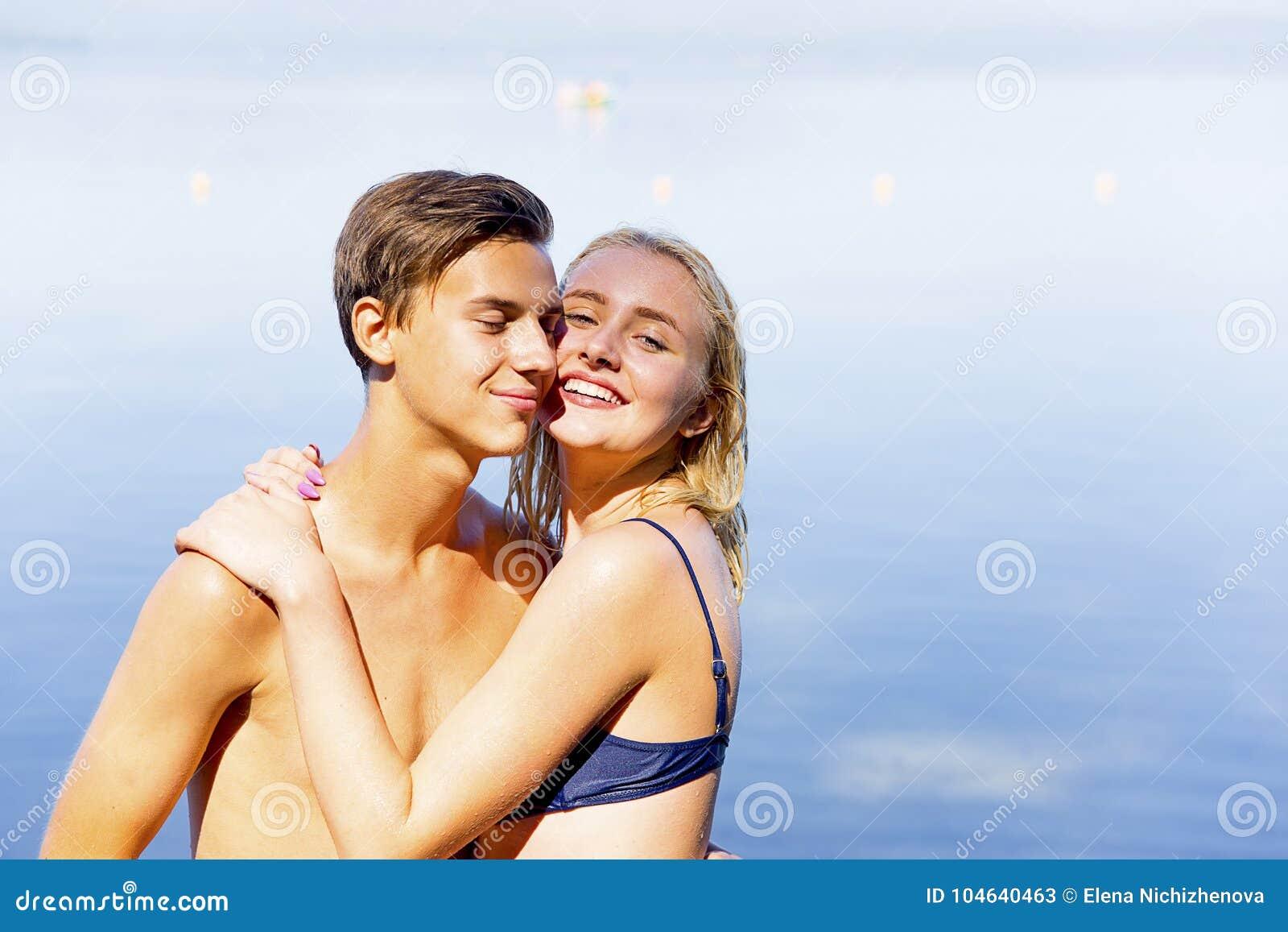Download Paar op een strand stock afbeelding. Afbeelding bestaande uit zand - 104640463