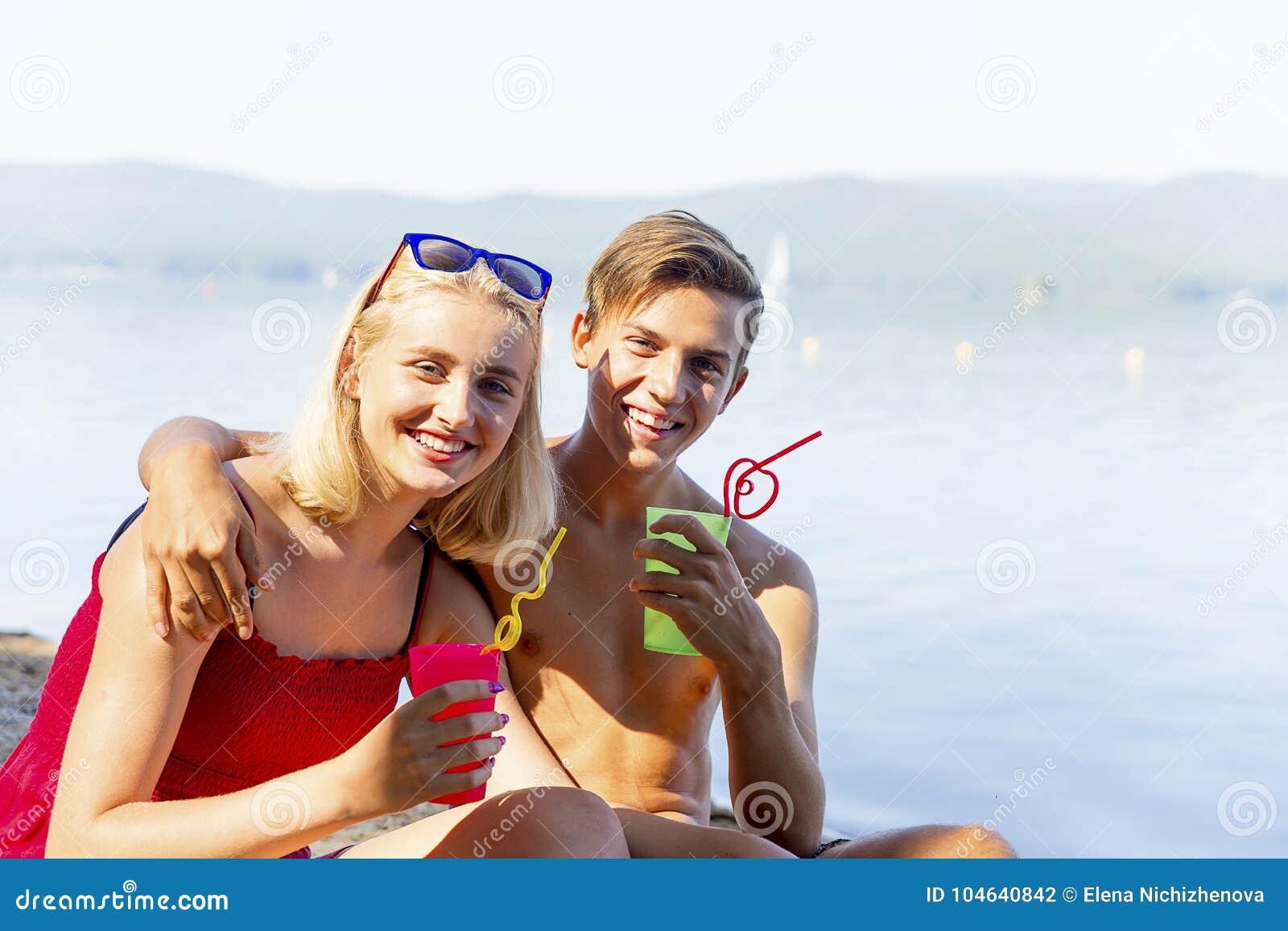 Download Paar op een strand stock foto. Afbeelding bestaande uit affectie - 104640842