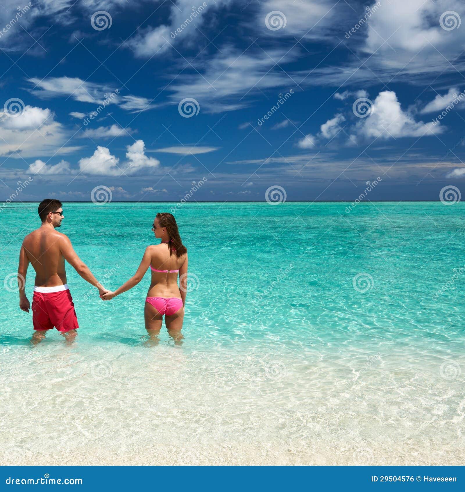 Paar op een strand in de Maldiven