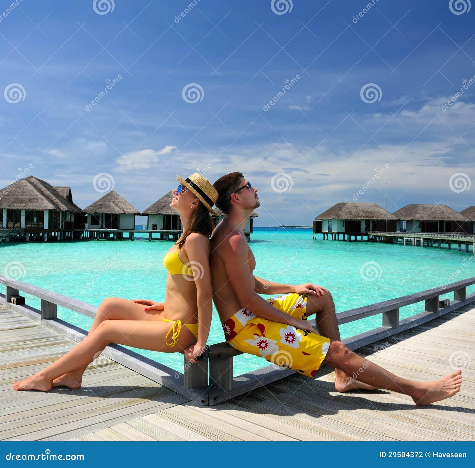 Paar op een strandpier in de Maldiven