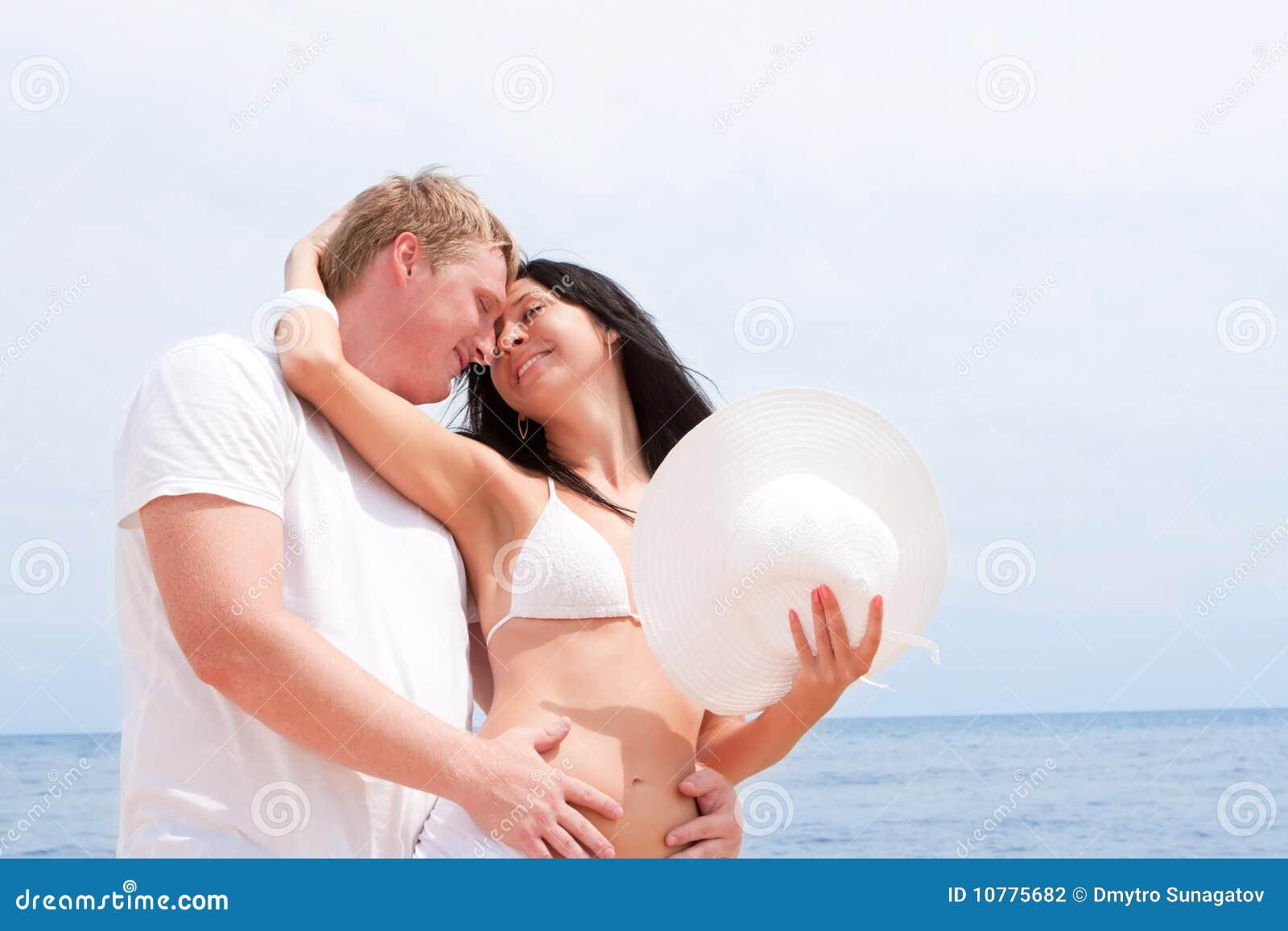 Paar op het strand van overzees