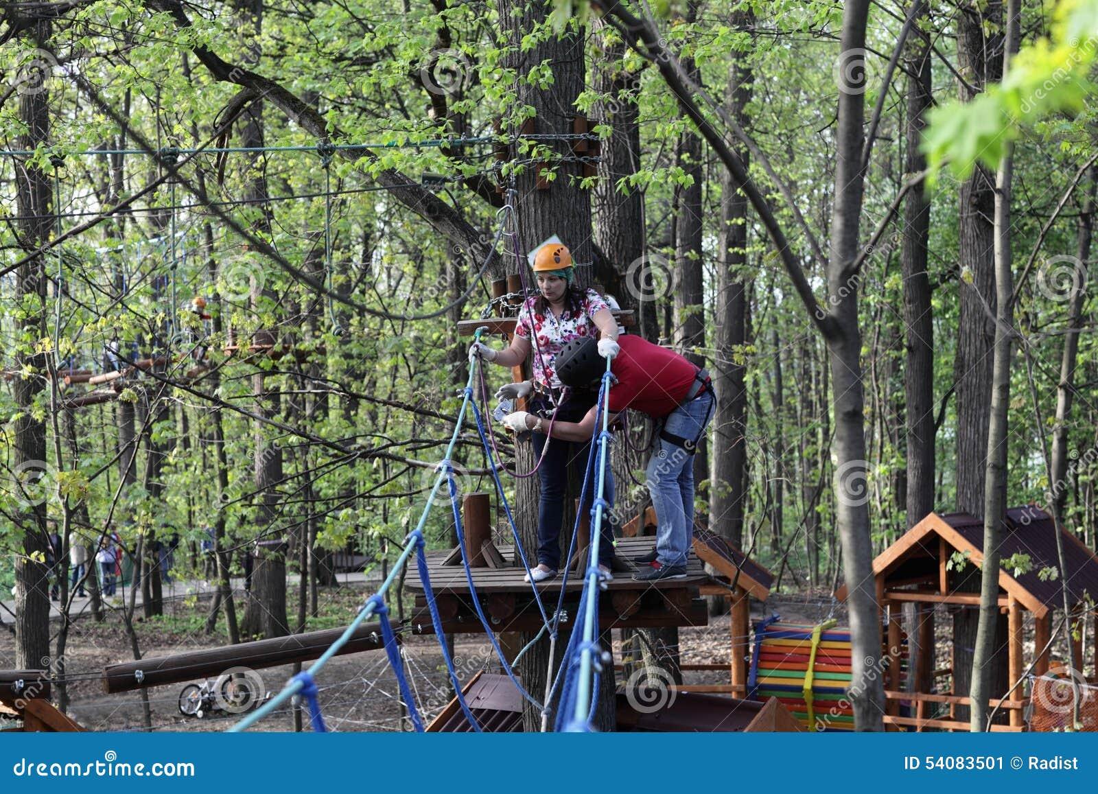 Paar op kabel het beklimmen