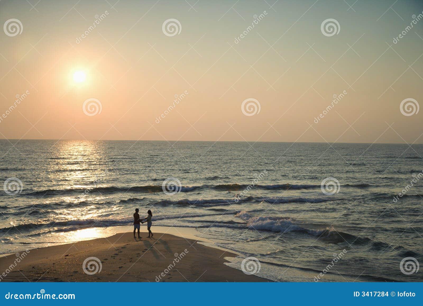 Paar op strand.