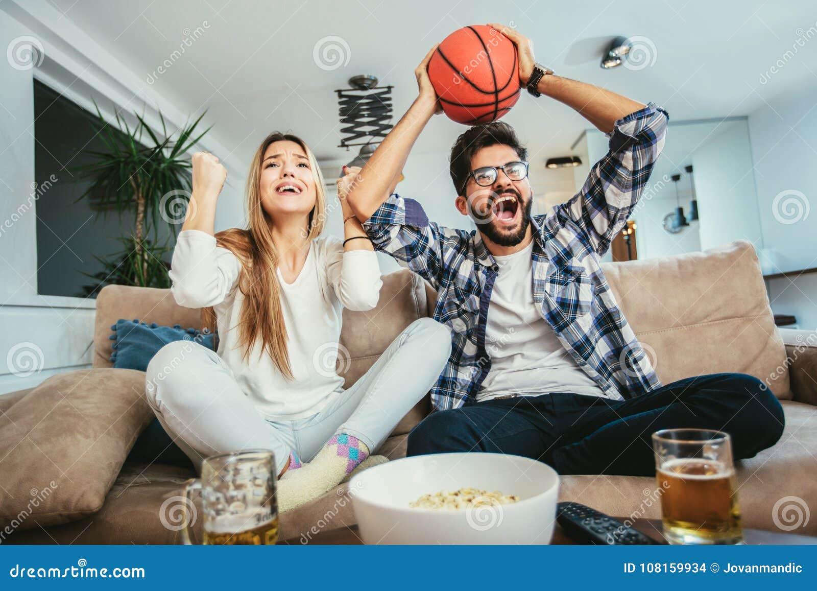 Paar passt Basketballspiel auf