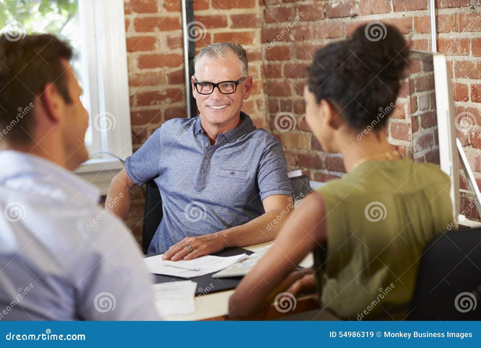Paar-Sitzung mit Finanzberater im Büro