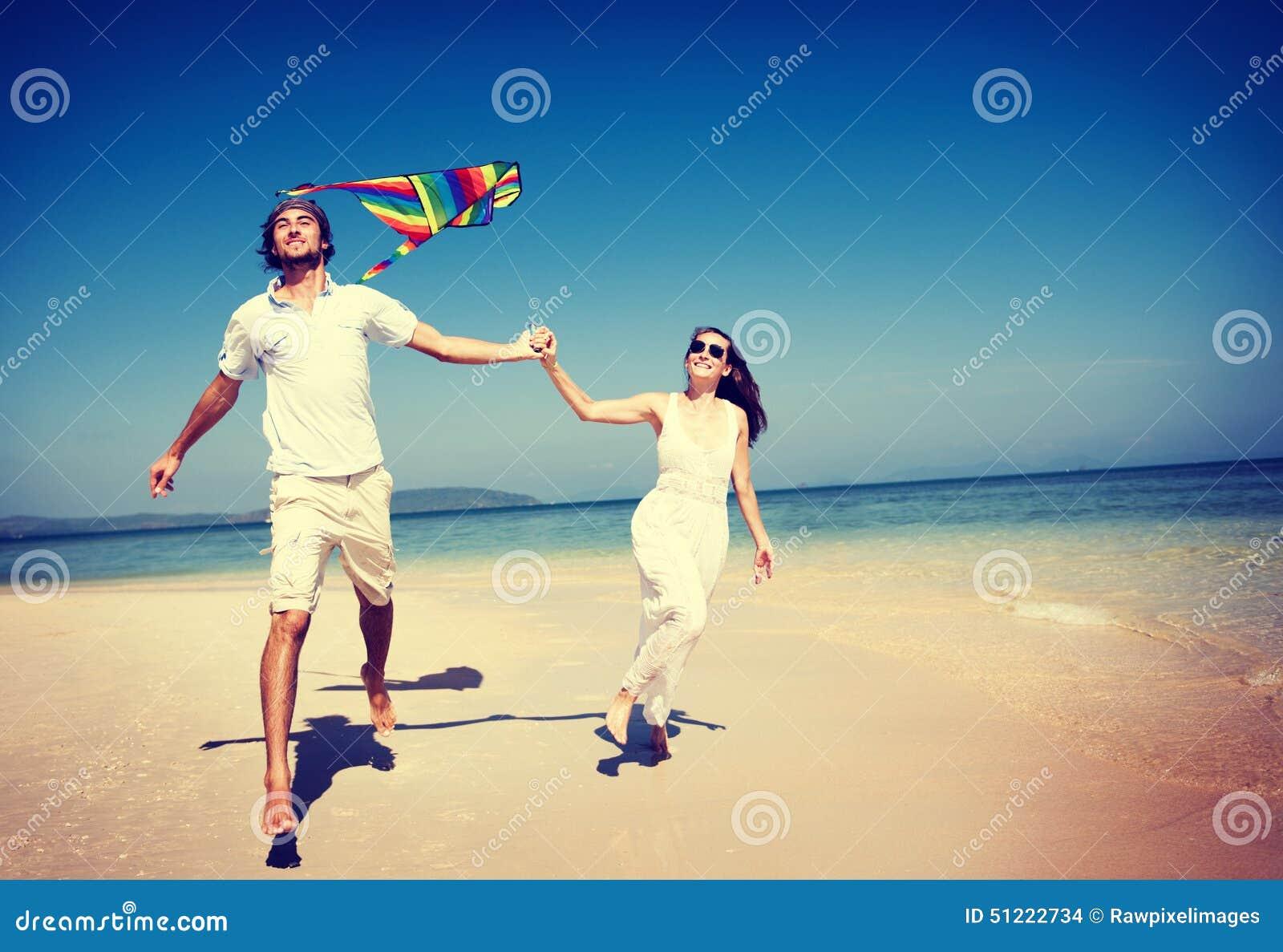 Paar-Strand-Drachen-Fliegen-Flucht-Feiertags-Konzept