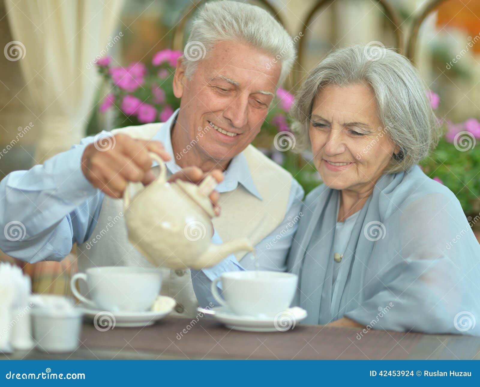 Paar-trinkender Tee