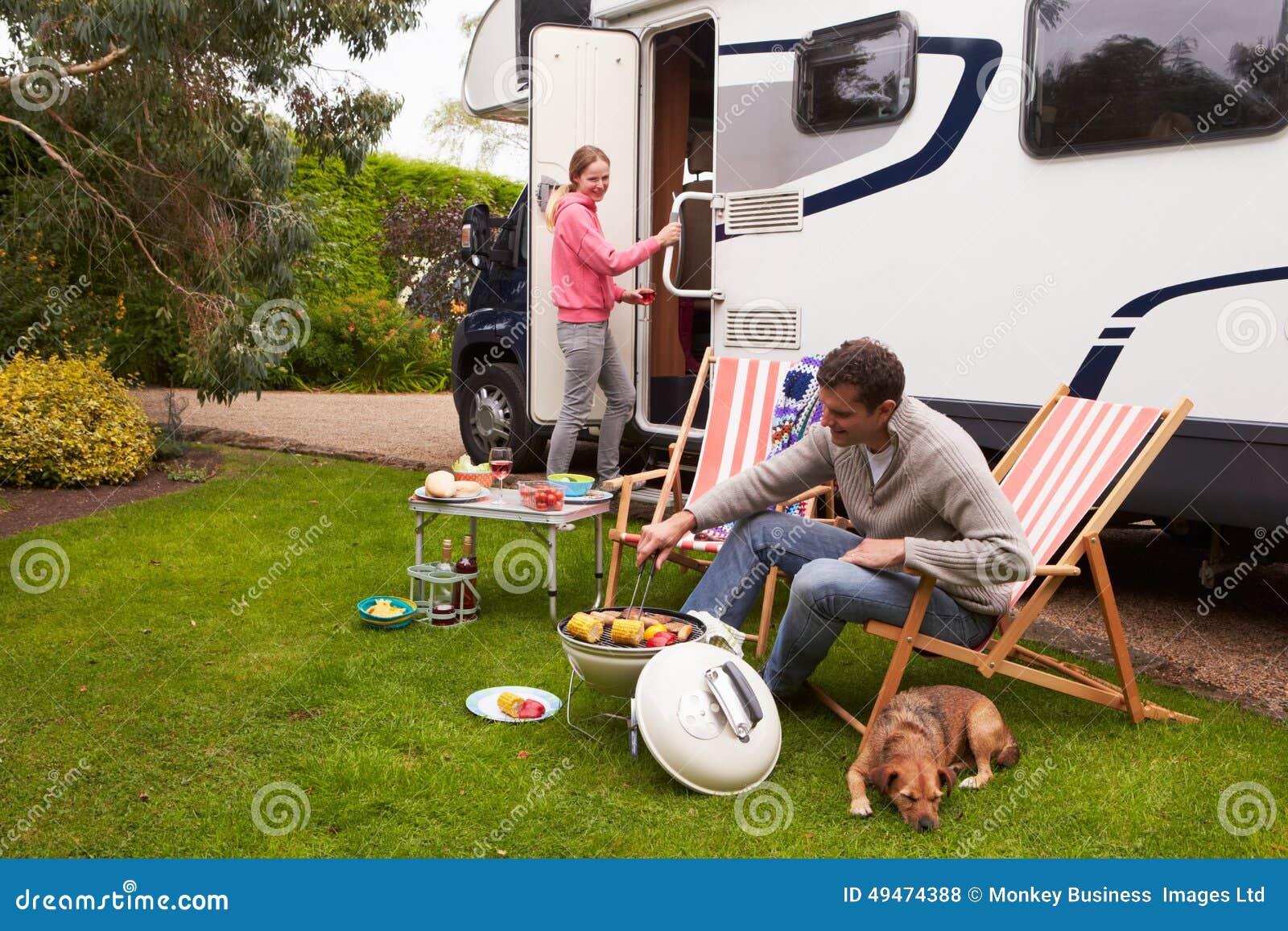 Paar in Van Enjoying Barbeque On Camping-Vakantie