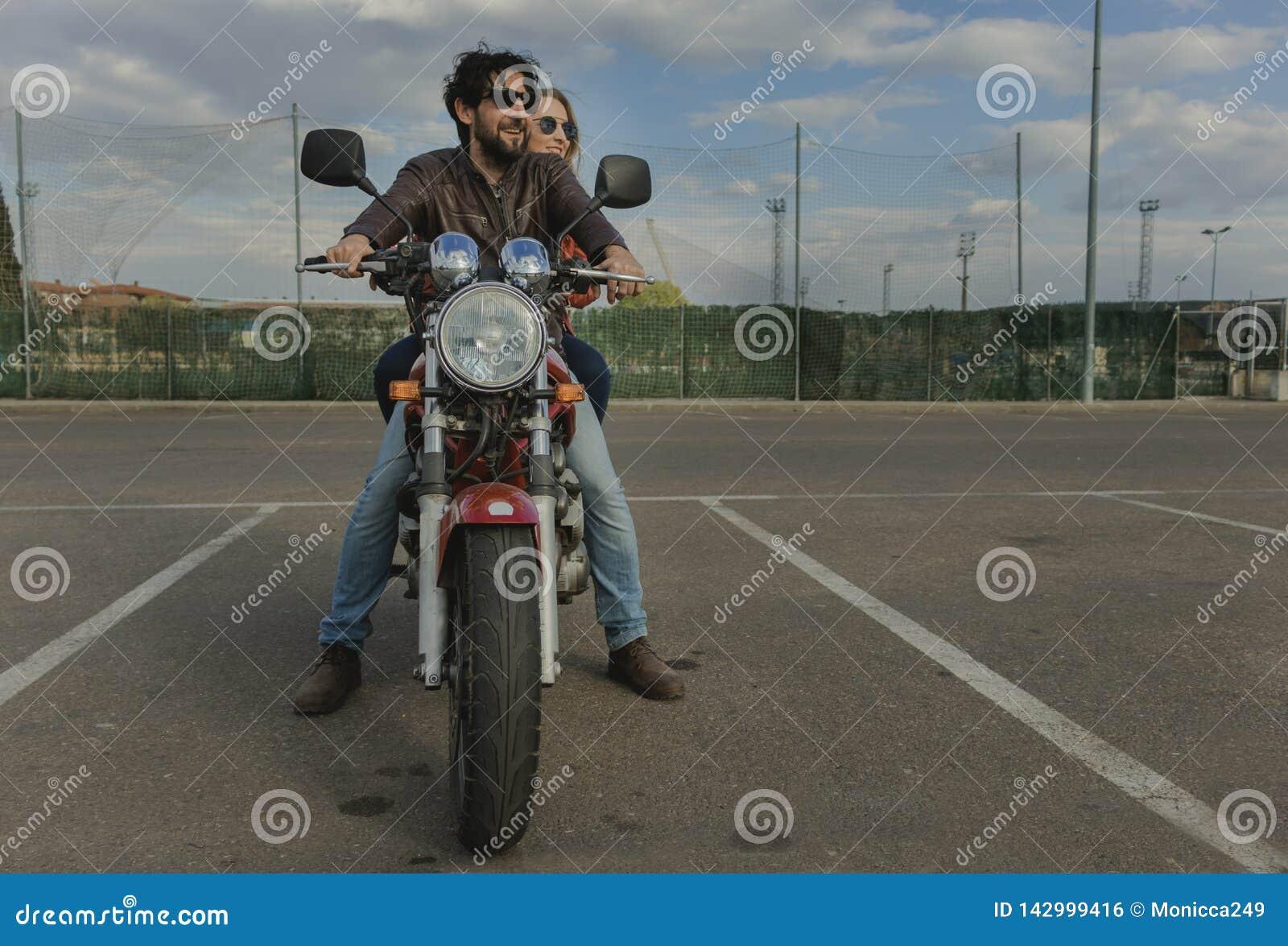Paar van motorrijders op een retro stijlmotor