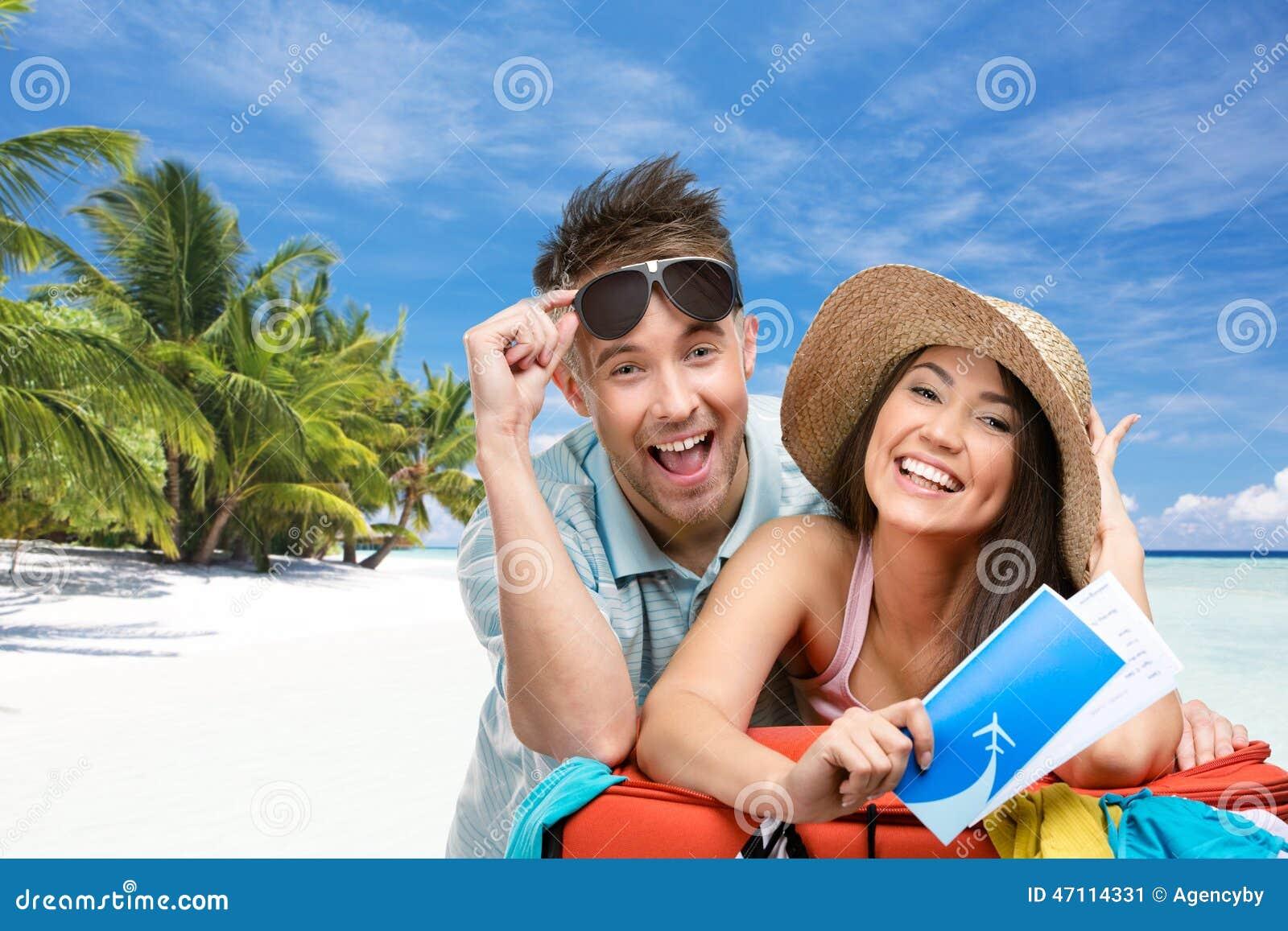 Paar verpackt herauf Koffer mit Kleidung für Flitterwochenreise