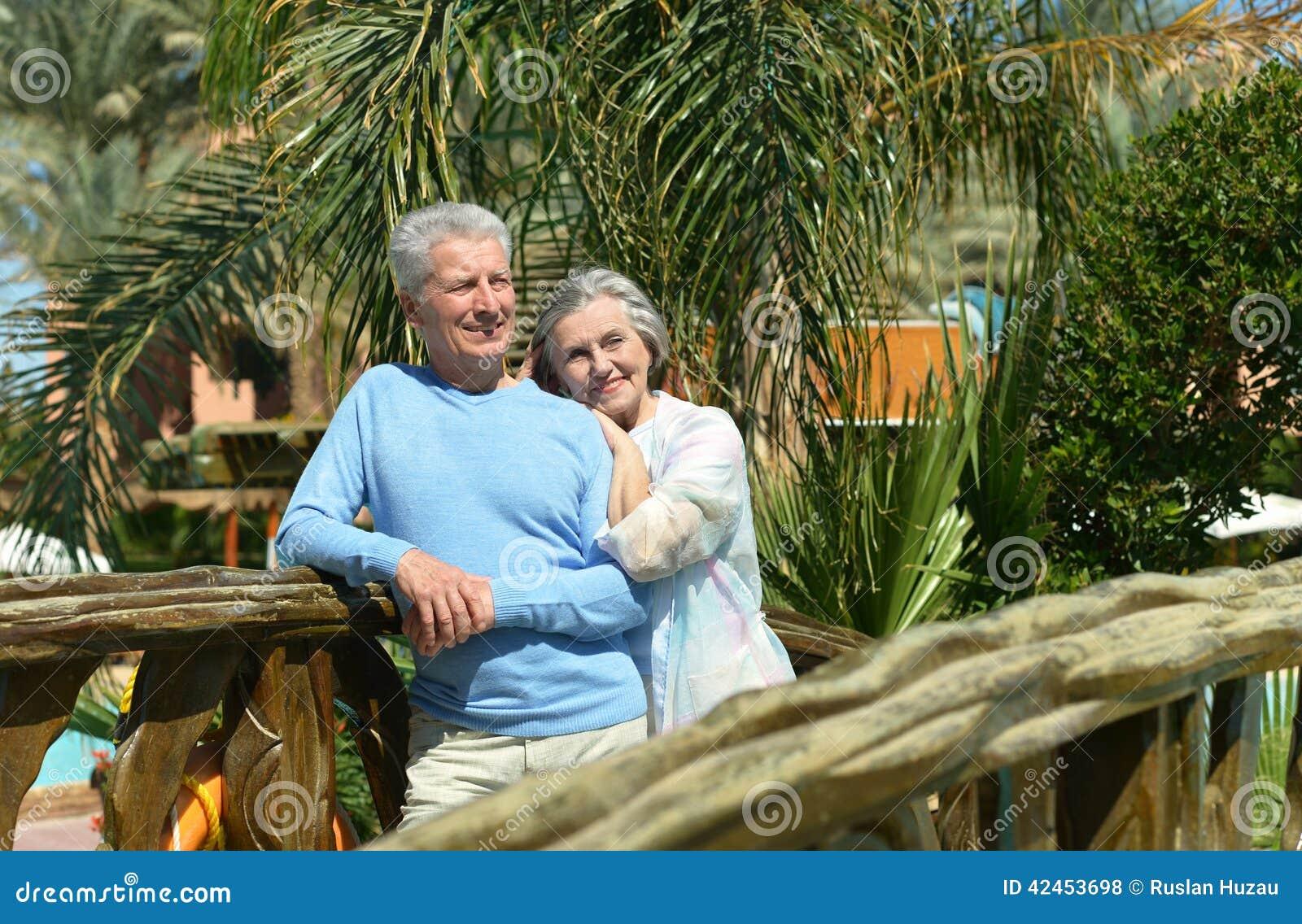 Paare auf Brücke