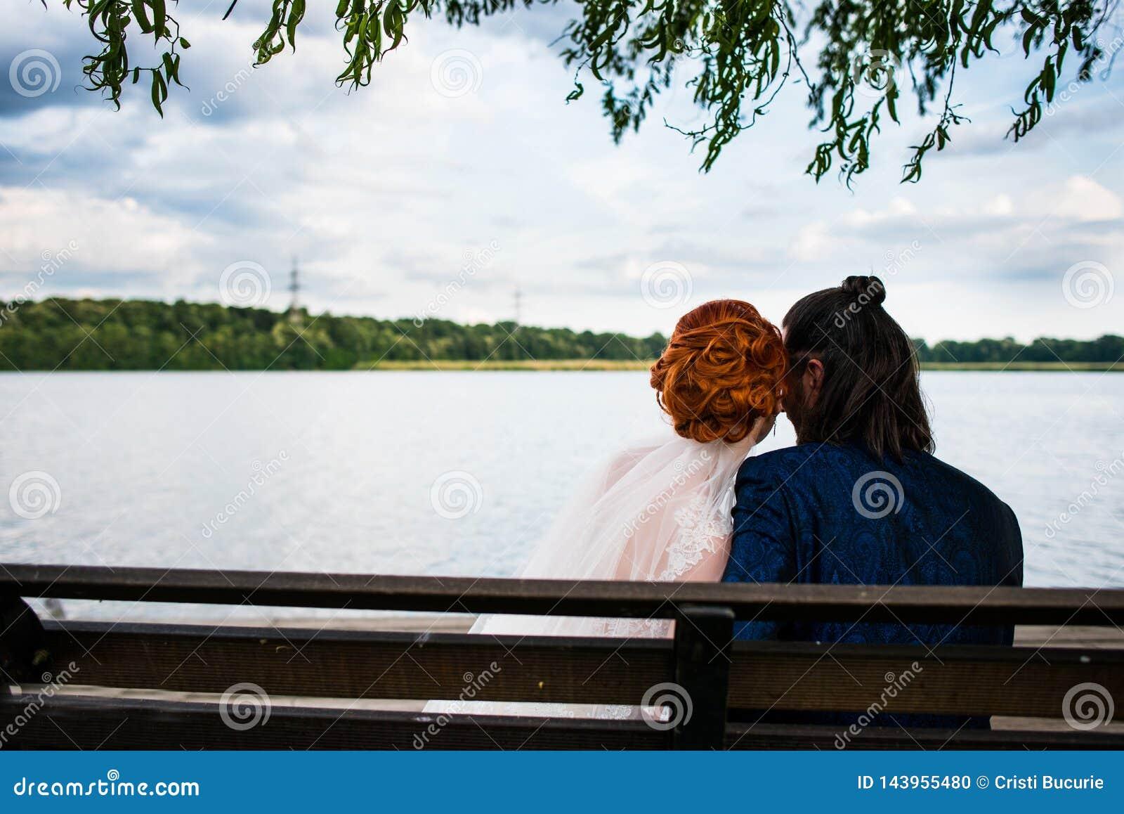 Paare auf einer Bank
