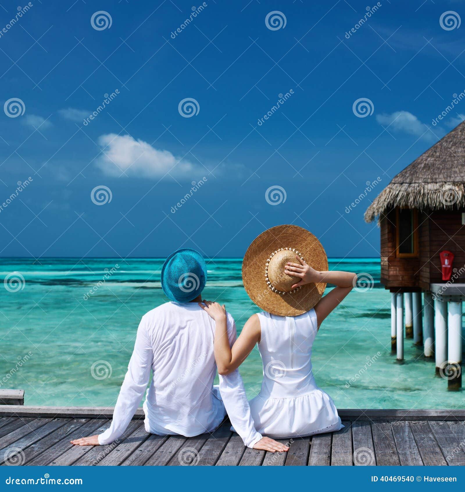 Paare auf einer Strandanlegestelle bei Malediven
