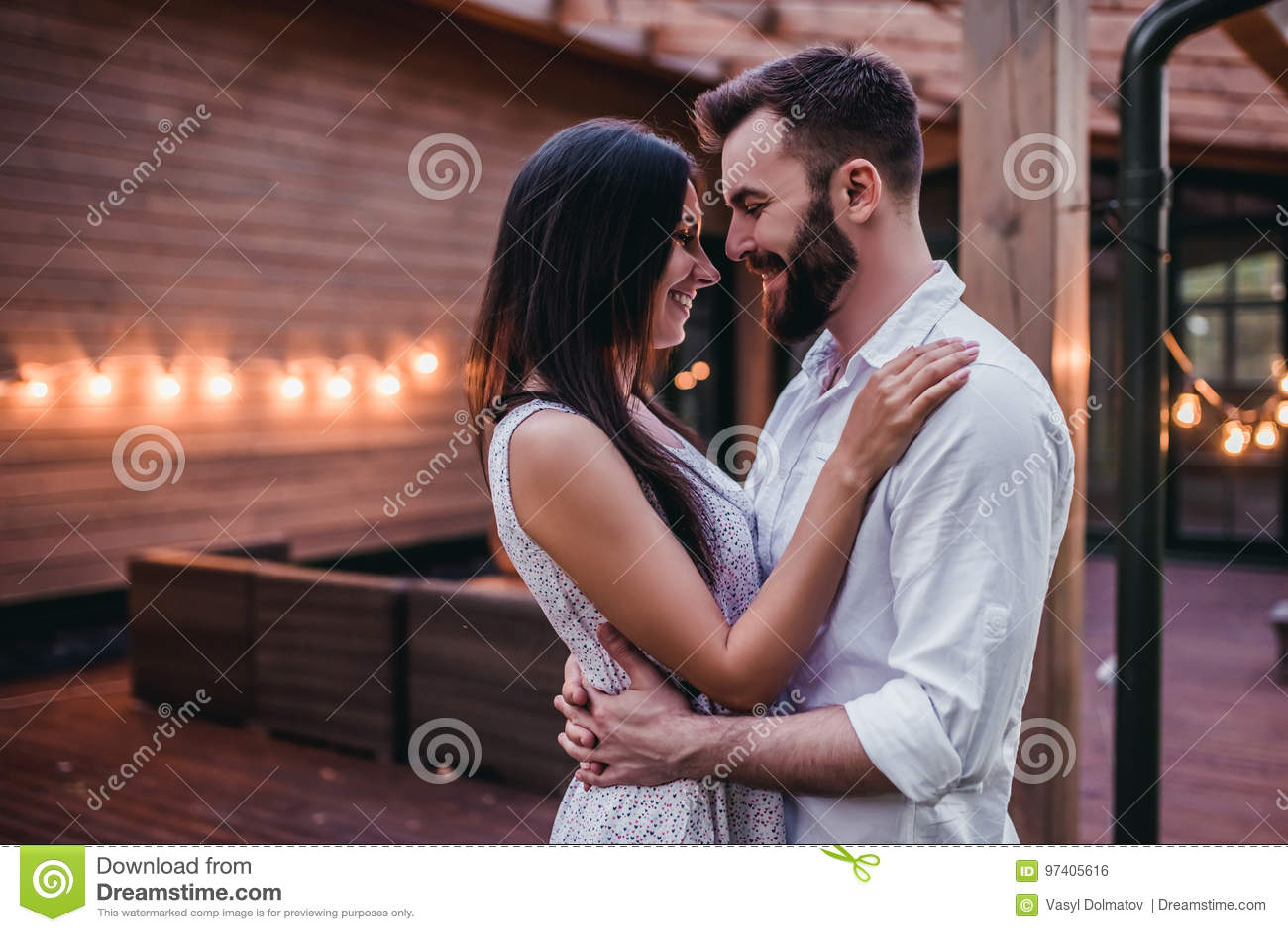 Paare auf Terrasse