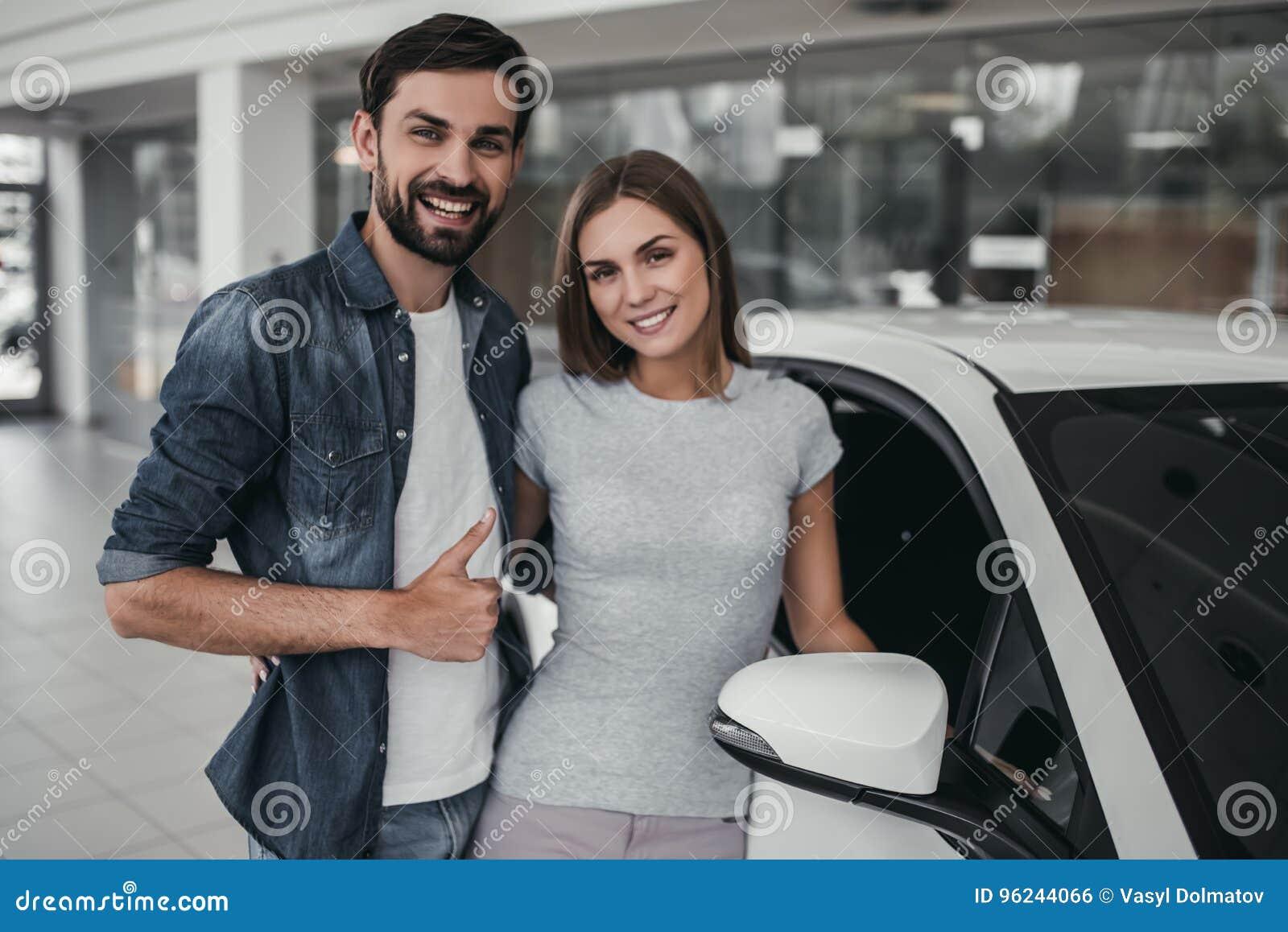 Paare Am Auto Vertragshandler Stockfoto Bild Von Auto Leute 96244066