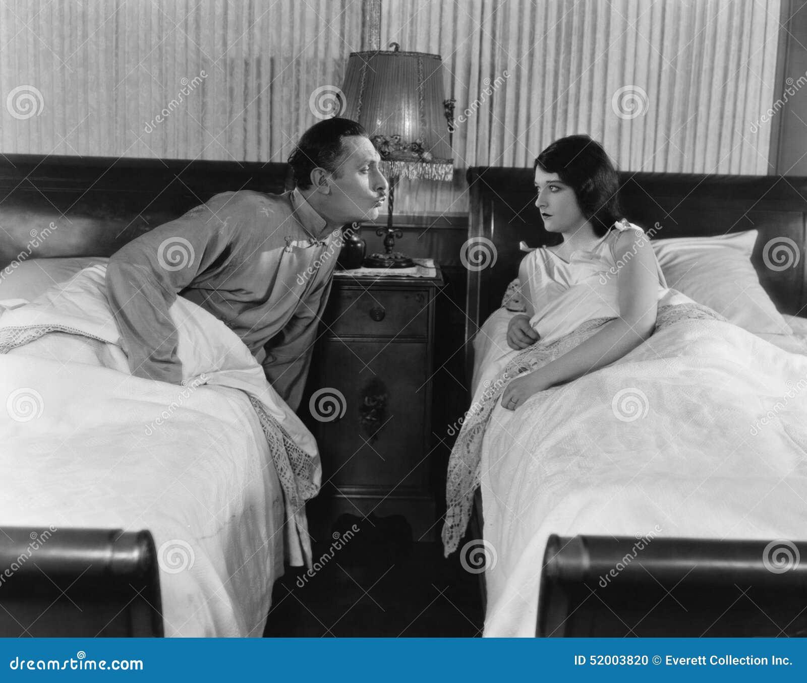 Paare in den Doppelbetten (alle dargestellten Personen sind nicht längeres lebendes und kein Zustand existiert Lieferantengaranti