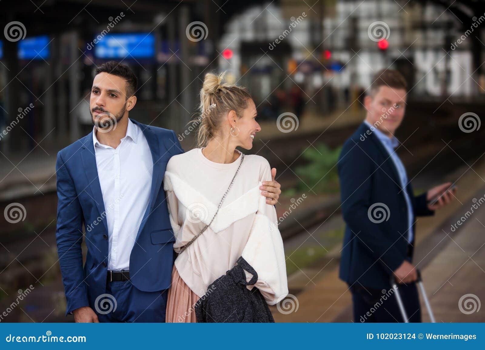 Männer flirten mit anderen frauen