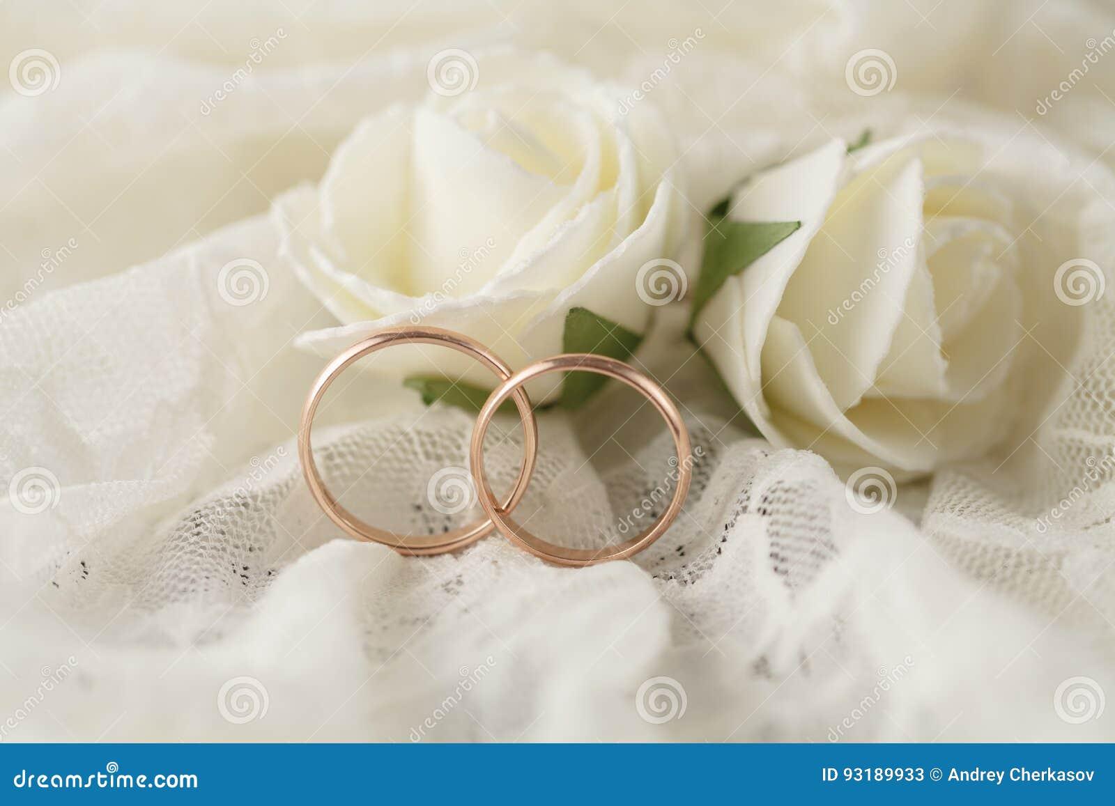Paare der goldenen Eheringe über Einladung kardieren verziert mit Spitze