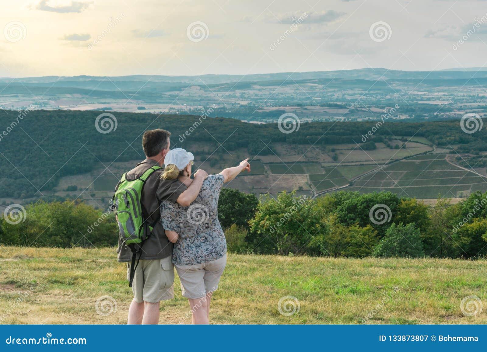 Paare in der Liebe, die schönen Panoramablick steht und betrachtet