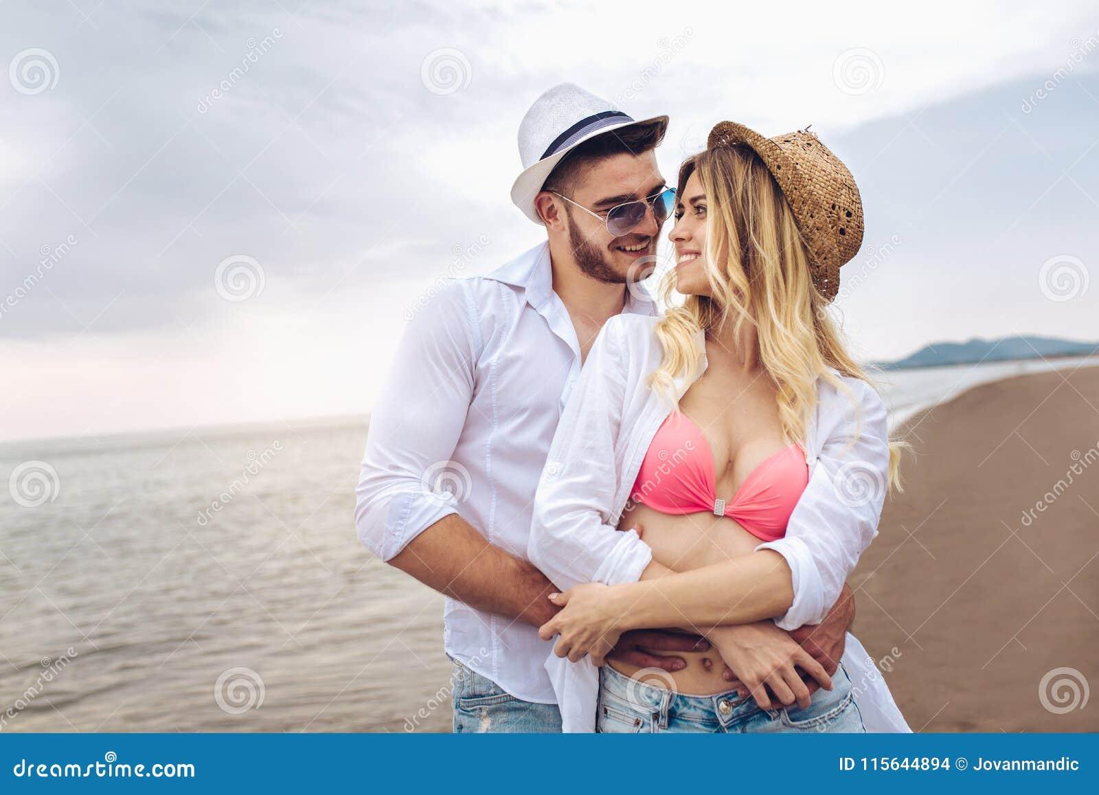 Paare in der Liebe, die Spaßdatierung auf Strand hat