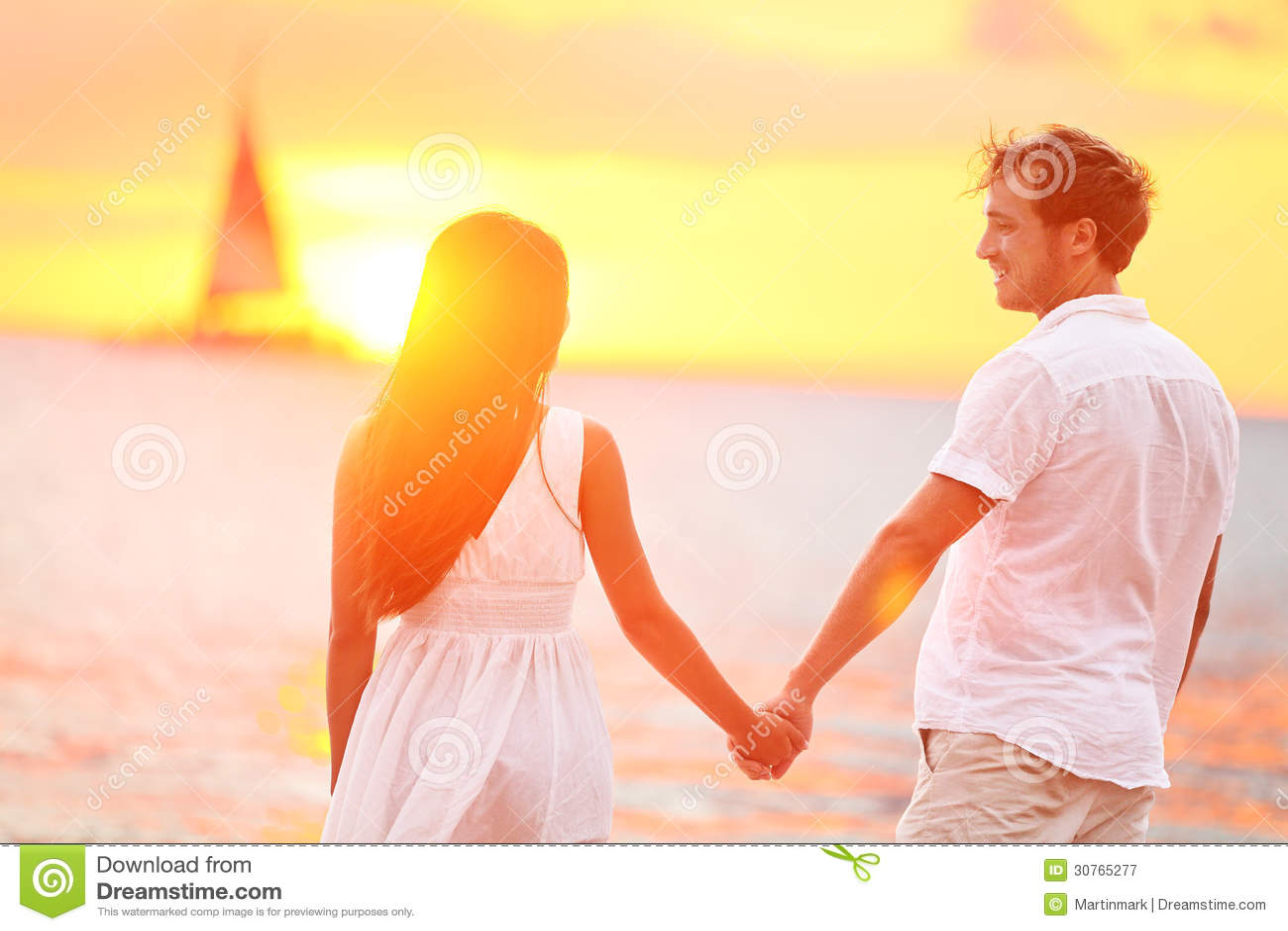 Paare in der Liebe glücklich bei romantischem Strandsonnenuntergang