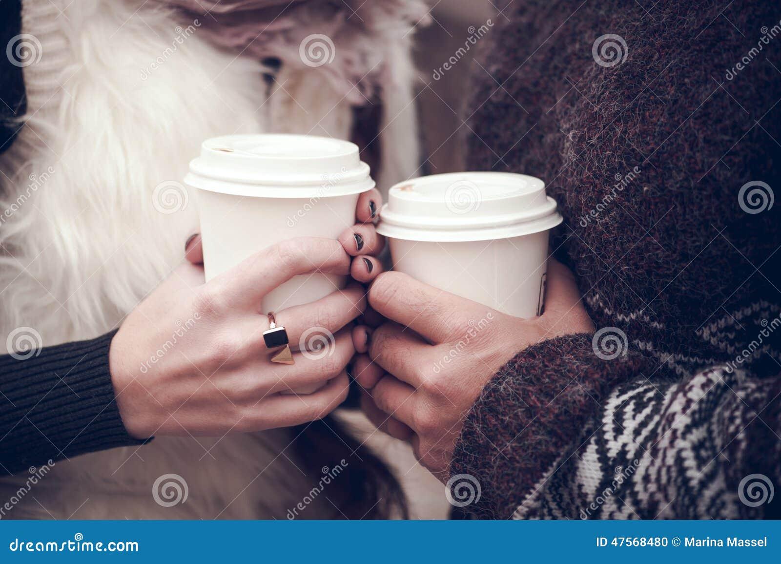 Paare in der Liebe mit Kaffee