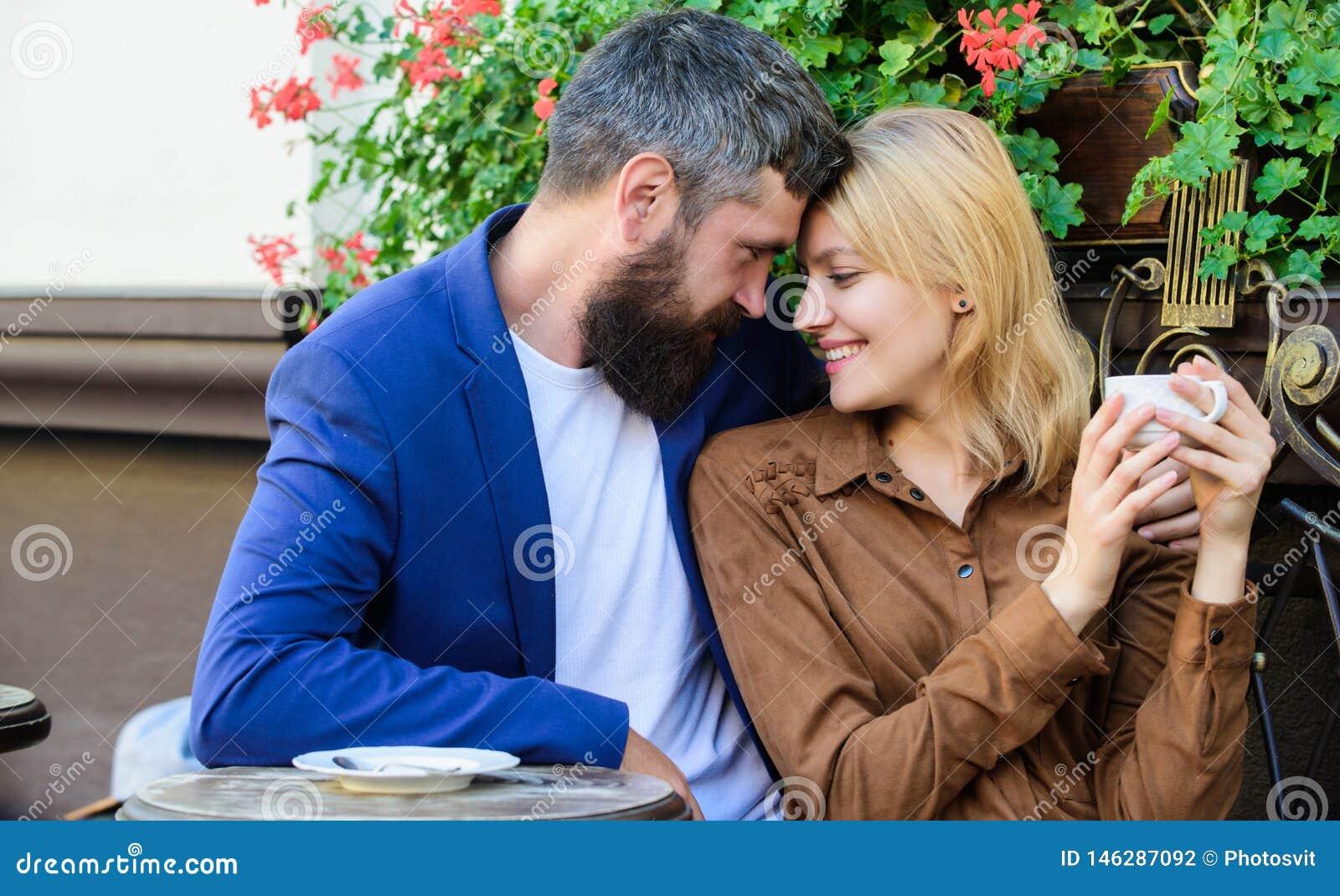 Paare in der Liebe sitzen Caf?terrasse genie?en Kaffee Angenehmes Familienwochenende Erforschen Sie Caf? und ?ffentliche Orte Ver