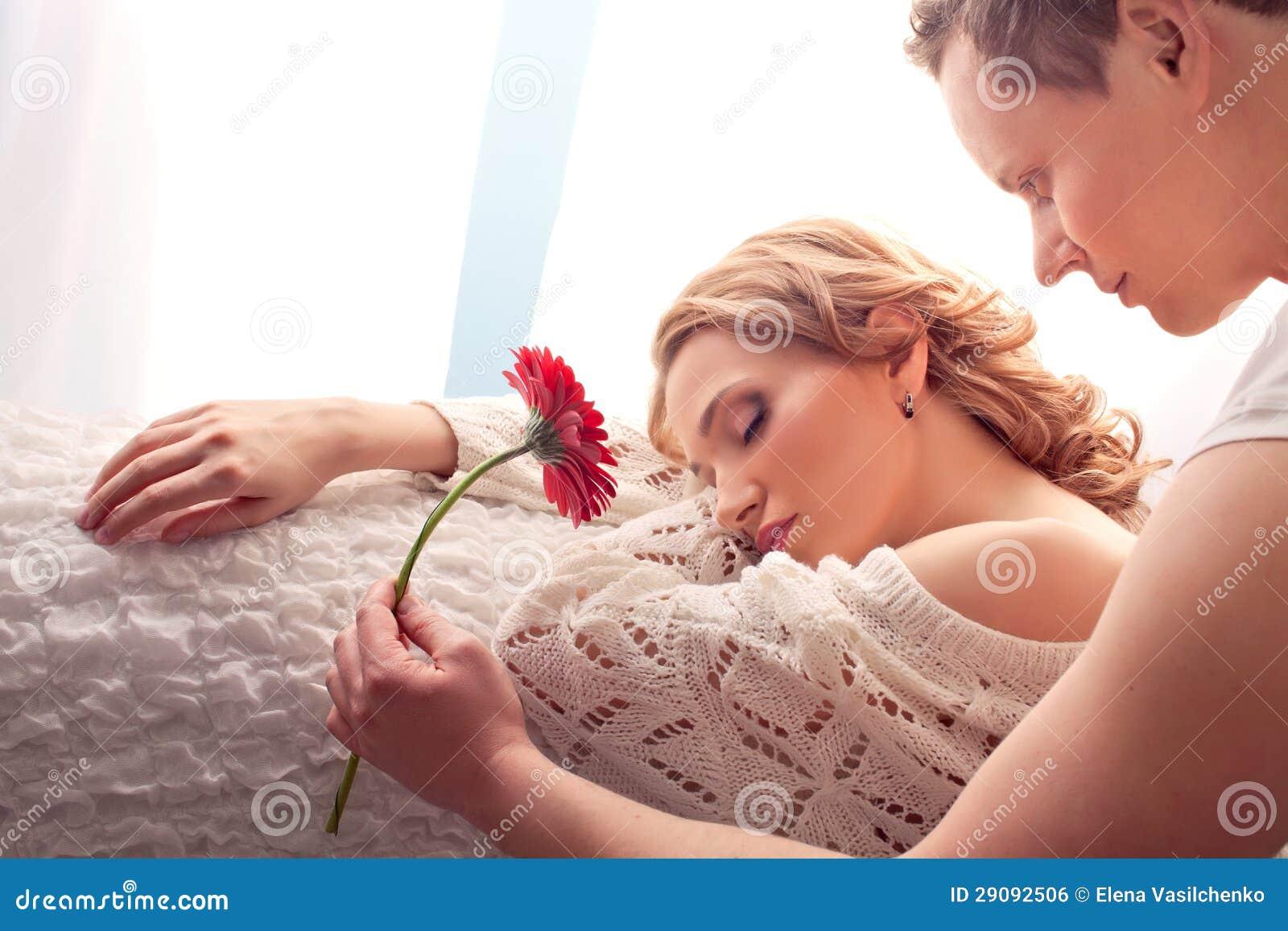 Paare der Liebhaber. Mann stellt Blume dar