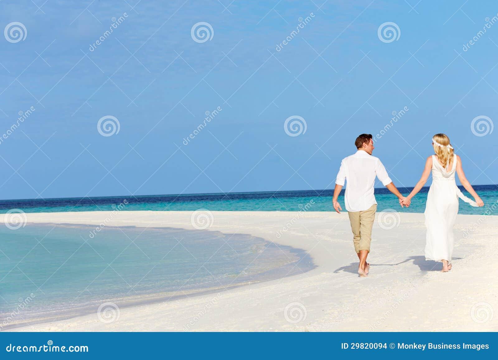 Paare an der schönen Strand-Hochzeit