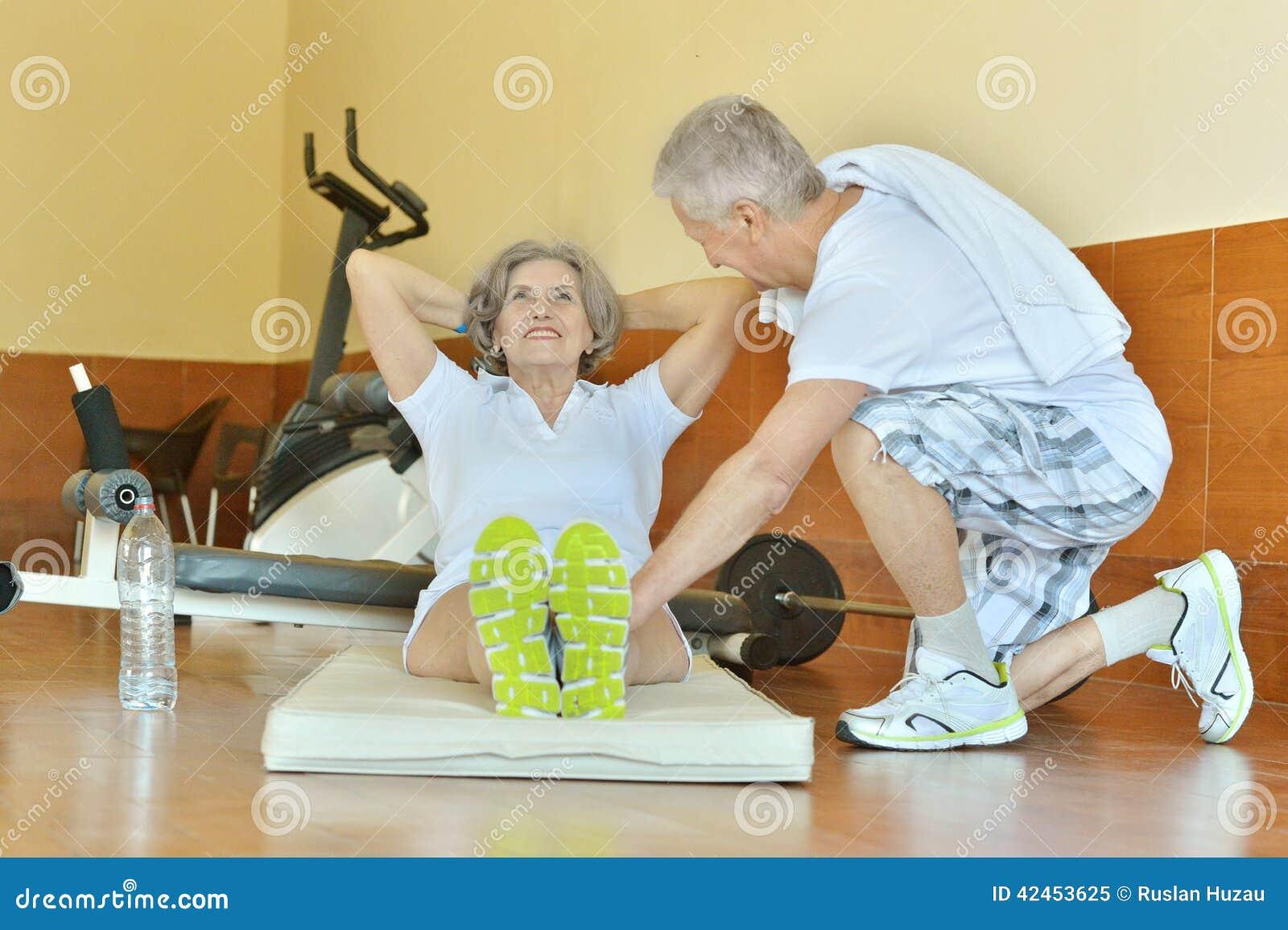 Paare in der Turnhalle