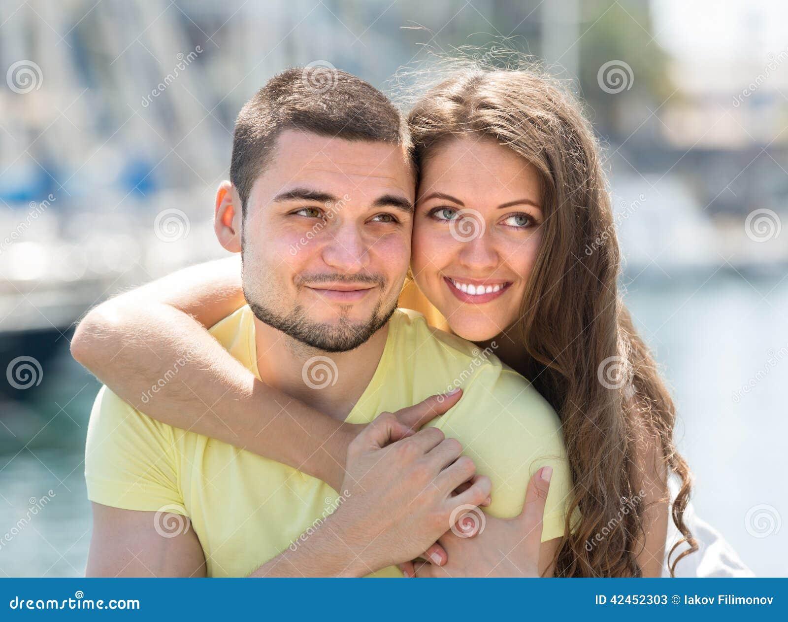 Paare, die auf Liegeplatz stillstehen