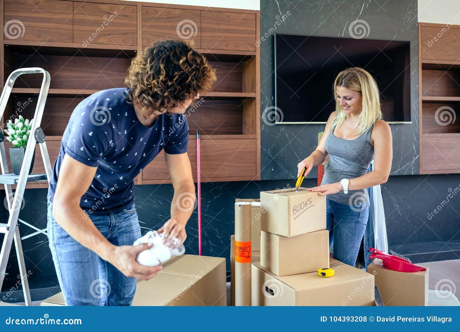 Paare, die bewegliche Kästen auspacken